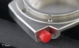 Der charakteristische rote Knopf dient der Entsperrung der Lünette