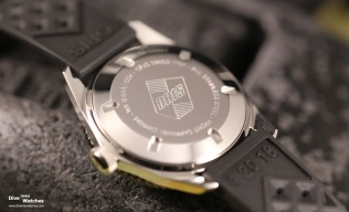 Der verschraubte Gehäuseboden der 40 mm grossen Uhr schützt das SW 200-1 bis 100 Meter vor Wasser und trägt das klassische Oris-Logo mit Schild in der Mitte