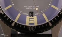Close-Up: Datumsfenster bei 6 Uhr mit schwarzer Datumsscheibe