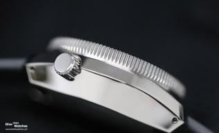 Das Einschalen-Gehäuse ist zusätzlich mit einer Dia Shield Beschichtung versehen worden, die besser vor Kratzer schützen soll und zwei- bis dreimal so hart ist wie Stahl